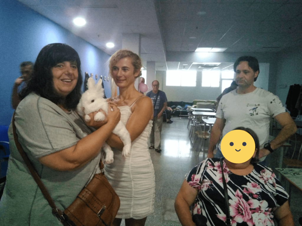 IMG-20190903-WA0013 JOSEFA, CARMEN CASTILLO Y JUAN LUIS CON EL CONEJO_S
